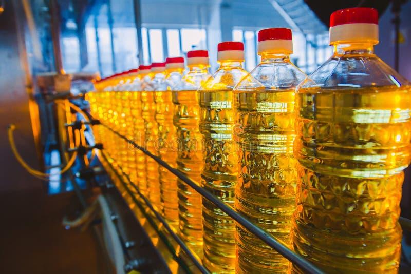 opadowego oleju stylizowany słonecznik Fabryczna linia produkcja i plombowanie olej rafinowany od słonecznikowych ziaren Fabryczn fotografia stock