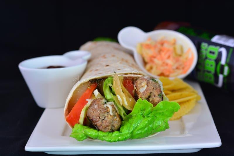 Opakunek z wołowiną i warzywami na talerzu fotografia stock