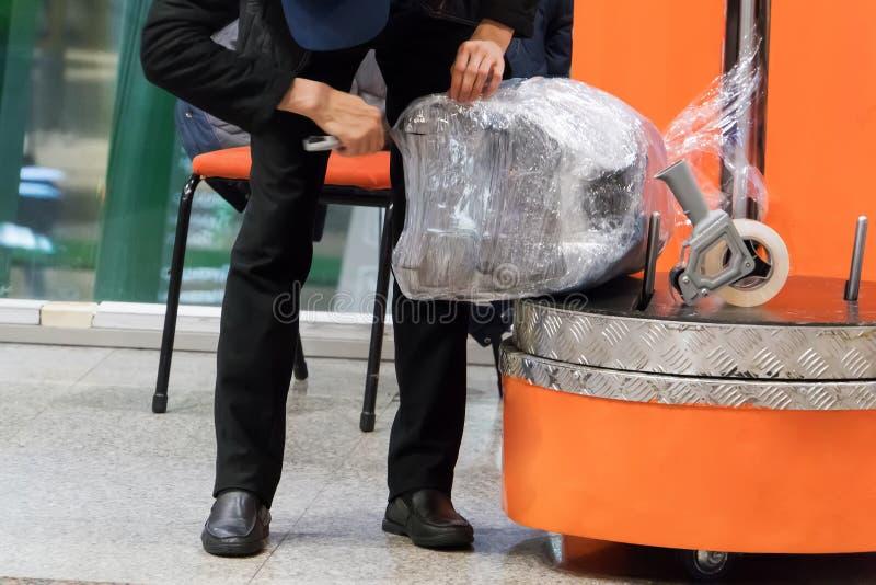 Opakunkowy bagaż przed podróżą samolotem obrazy royalty free