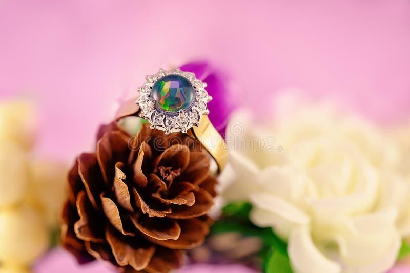 Opal And Diamond Solitaire Gold cirkel arkivfoton