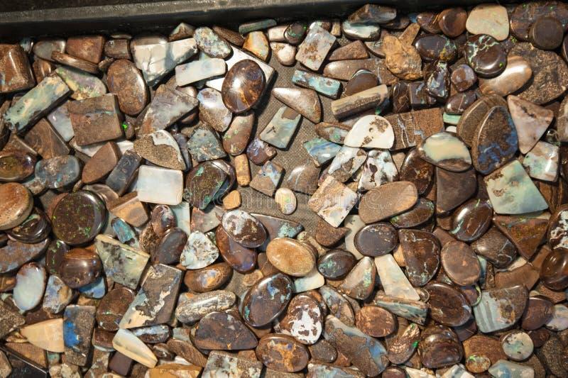 Opalen stenen in verschillende vormen en besnoeiingen royalty-vrije stock afbeelding