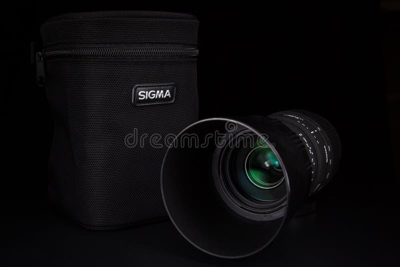 Opalenica, Polen - 04 07 2016: Sigma 70-300 1: 4-5 6 APO-de lens van DG op een zwarte achtergrond stock foto's