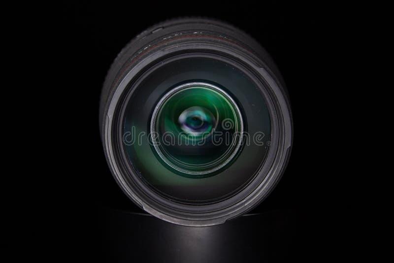 Opalenica, Polen - 04 07 2016: Sigma 70-300 1: 4-5 6 APO-Gd-Linse auf einem schwarzen Hintergrund lizenzfreie stockbilder
