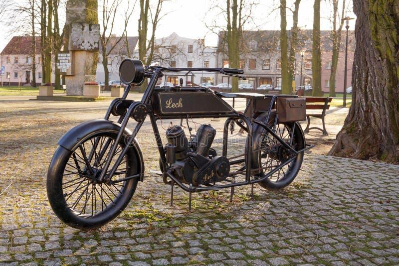 Opalenica, Pologne - 12 décembre 2017 Le monument de la moto d'obsédé, la première moto construite en Pologne image libre de droits