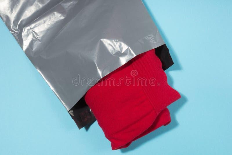 Opancerzanie torba na błękitnym tle zdjęcia royalty free