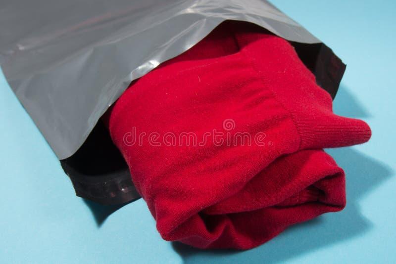 Opancerzanie torba na błękitnym tle fotografia stock