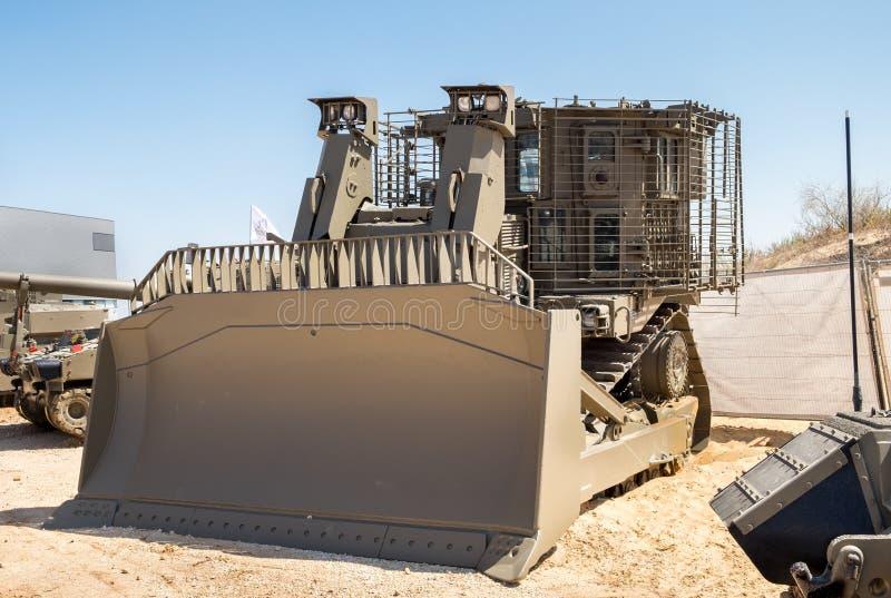 Opancerzony militarny buldożer przedstawiający na militarnym przedstawieniu obrazy royalty free