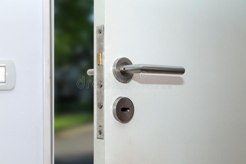 Opancerzony wejściowy drzwi przód dom Wewn?trzny widok fotografia stock