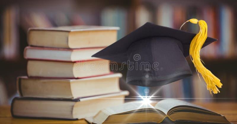 Opanowany wizerunek akademicki kapelusz z książkami fotografia royalty free