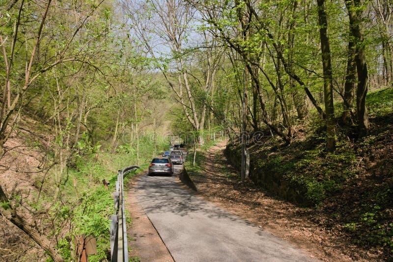 Oparno, República Checa - 20 de abril de 2019: coches que se mueven al valle del udoli de Oparenske en primavera foto de archivo