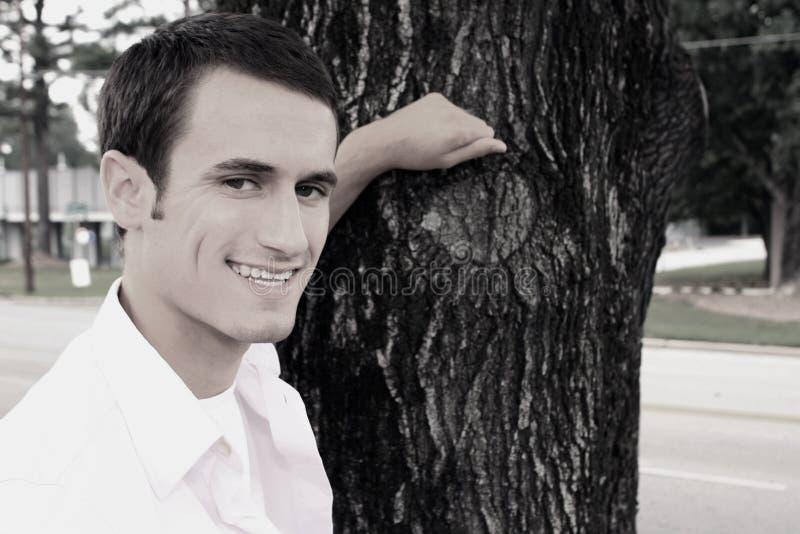 opartego mężczyzna uśmiechnięty drzewo obrazy royalty free
