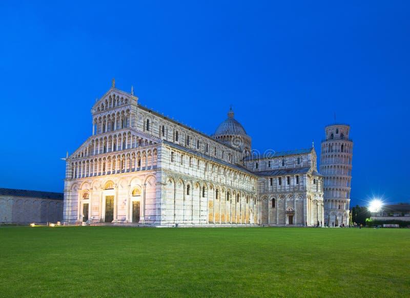 Oparty wierza Pisa przy półmrokiem i Duomo obrazy stock