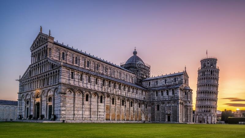 Oparty wierza Pisa w Pisa, W?ochy - zdjęcie royalty free