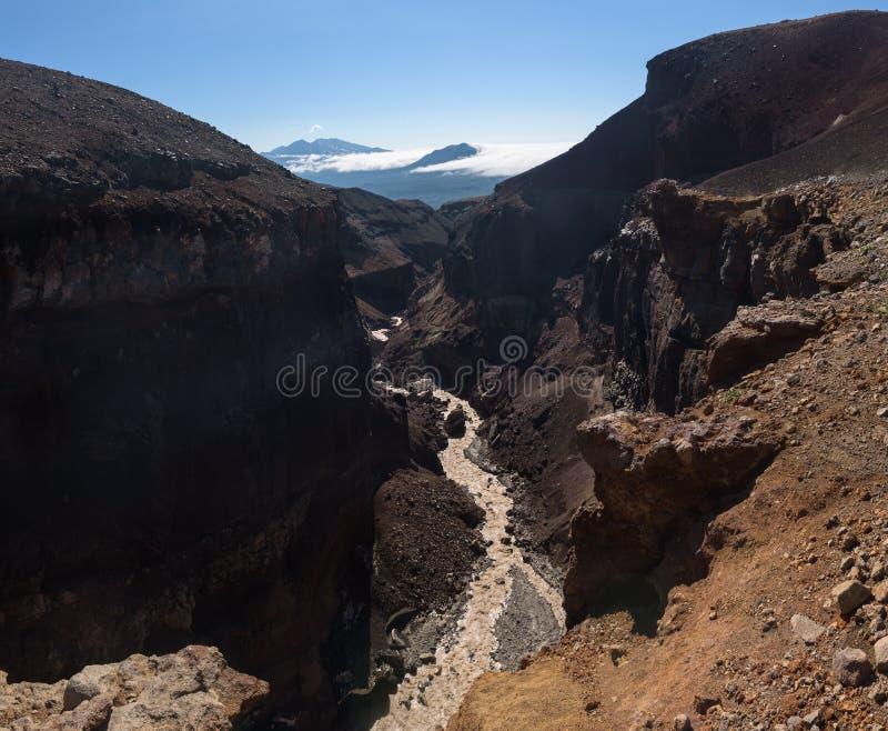 Opasny kanjon på lutningarna av den Mutnovsky vulkan arkivfoto