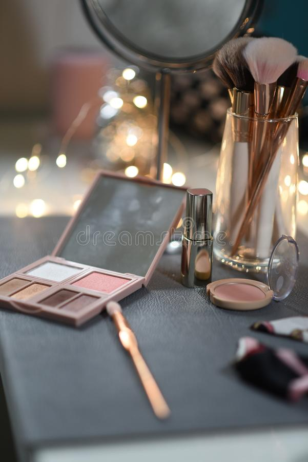 Opatrunkowy stół z lustrem, oko cienie, rumieniec, makeup dostawy obraz royalty free