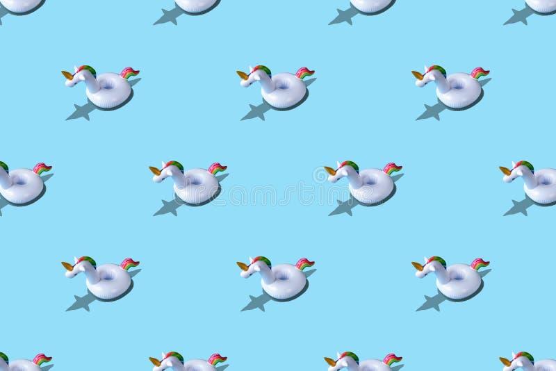 Opblaasbaar het stuk speelgoed van de eenhoornpool patroon op blauwe achtergrond Minimaal de zomerconcept royalty-vrije illustratie