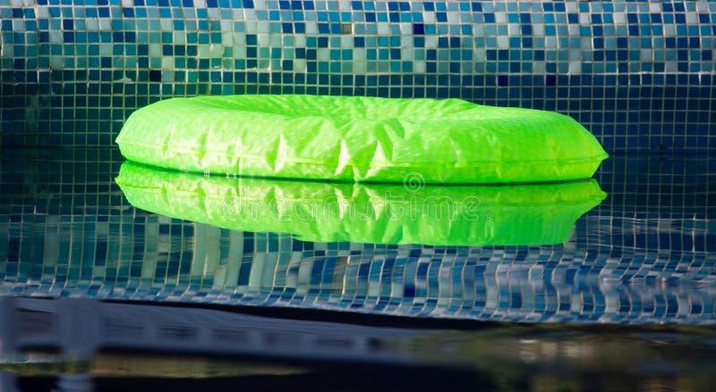 Opblaasbare ballon op het water in de pool stock afbeeldingen