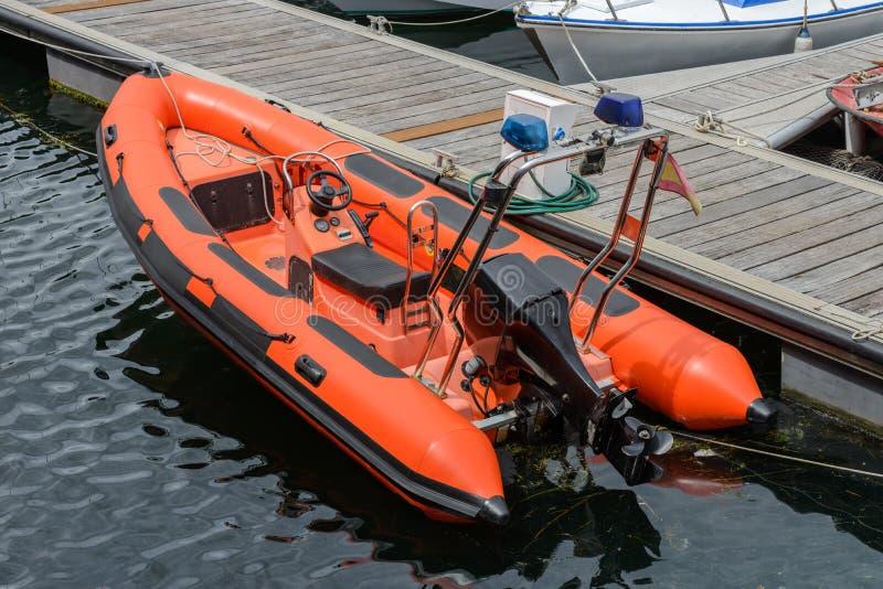 Opblaasbare die motorboot bij houten pijlers wordt vastgelegd royalty-vrije stock foto's