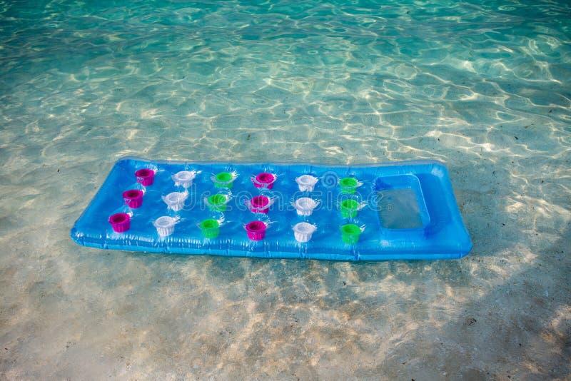 Opblaasbare matras in zeewater royalty-vrije stock afbeelding
