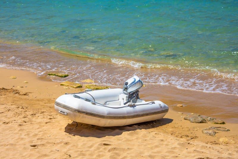 Opblaasbare motorboot op het zandige strand van het Middellandse-Zeegebied royalty-vrije stock foto's