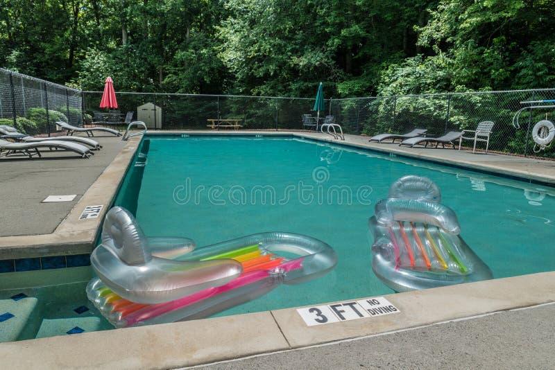 Opblaasbare vlotters in de pool royalty-vrije stock afbeeldingen