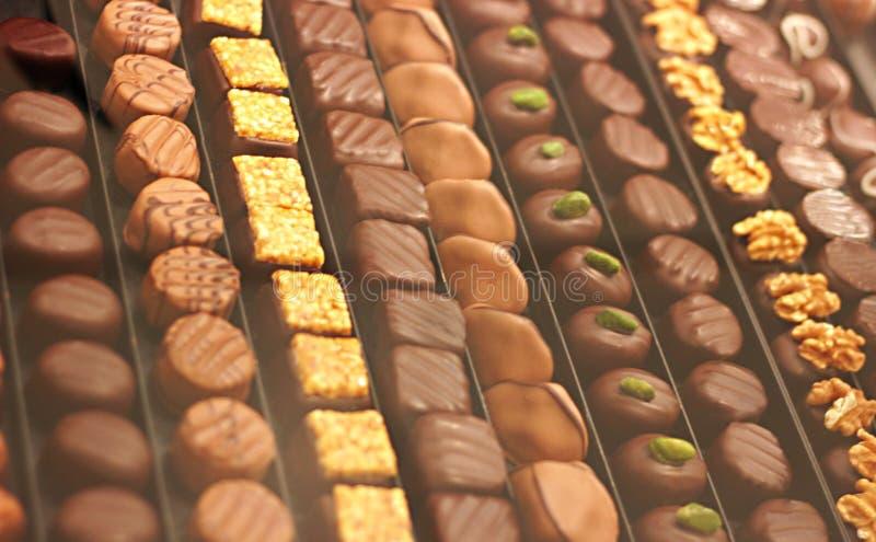 Opción grande de chocolates hechos a mano en filas imagenes de archivo