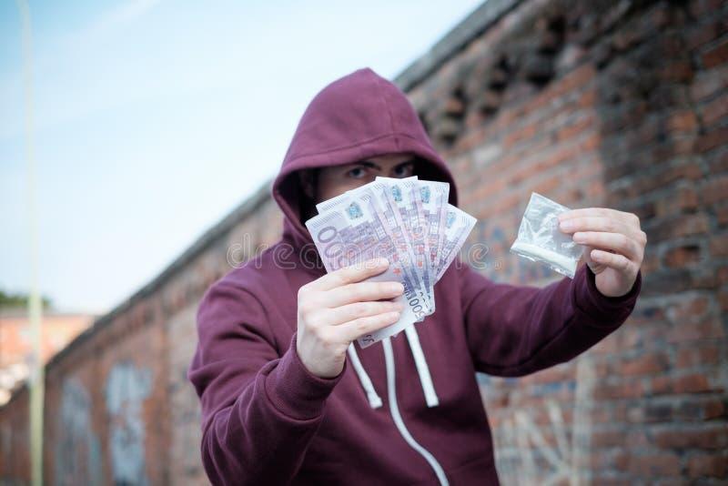 Opdringer het verkopen en het handel drijven drugdosis voor geldcontant geld royalty-vrije stock afbeelding
