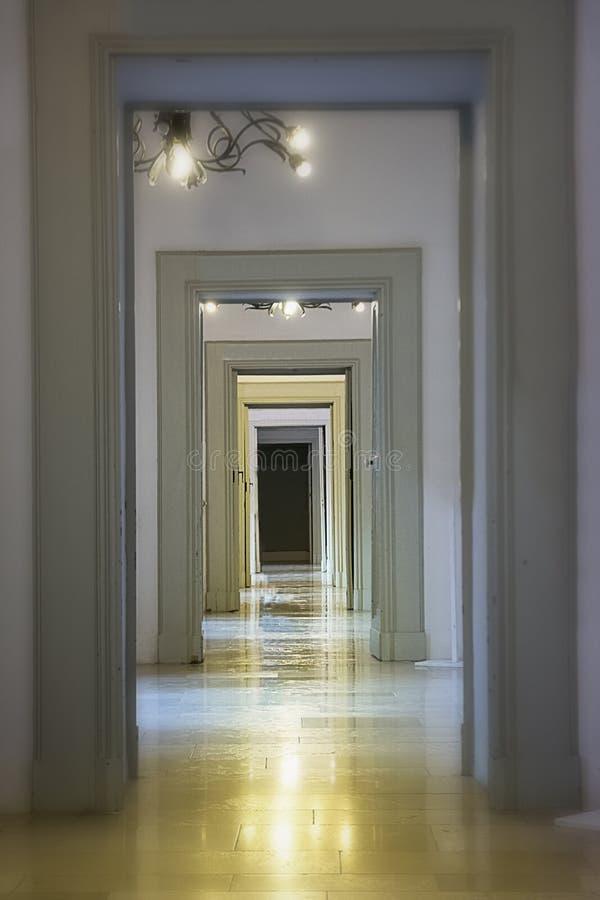 Opeenvolging van eindeloze deuren en marmeren vloer royalty-vrije stock foto's