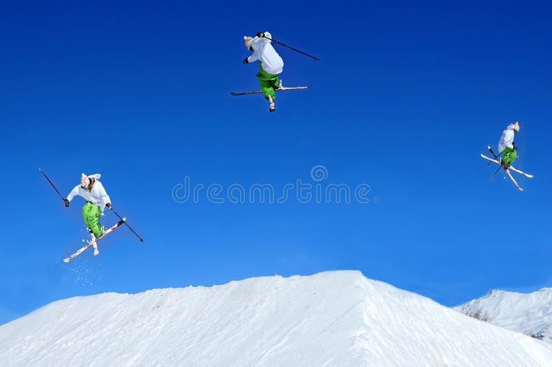 Opeenvolging van skiër het springen stock afbeelding