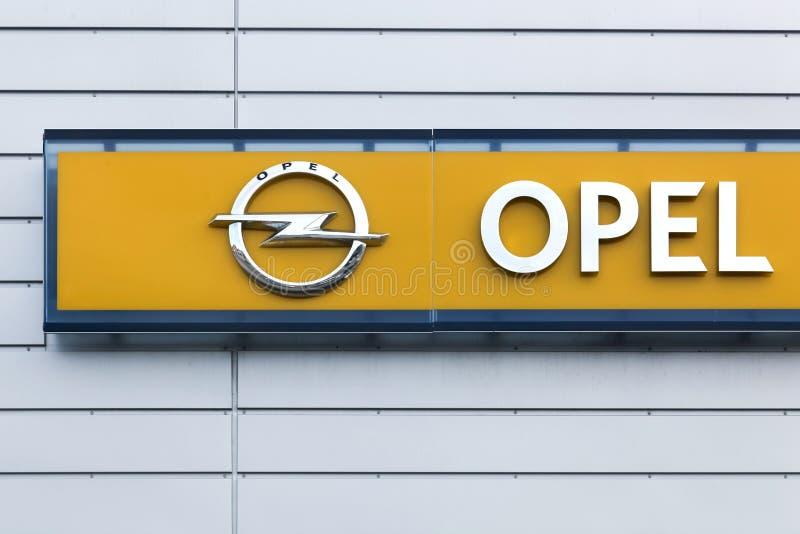 Opel-embleem op een muur royalty-vrije stock afbeeldingen