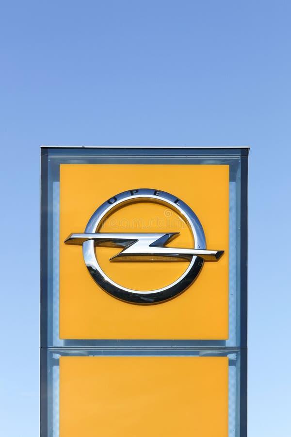 Opel-embleem op een paneel stock fotografie