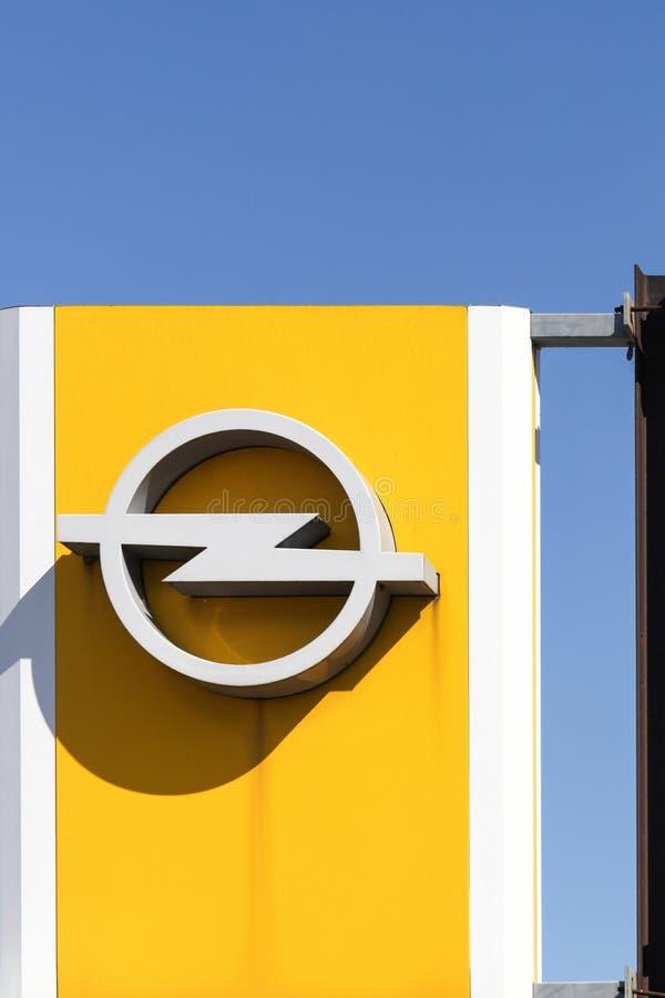 Opel-embleem op een paneel royalty-vrije stock foto's