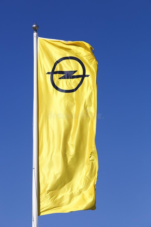 OPEL-Embleem op een Vlag stock foto