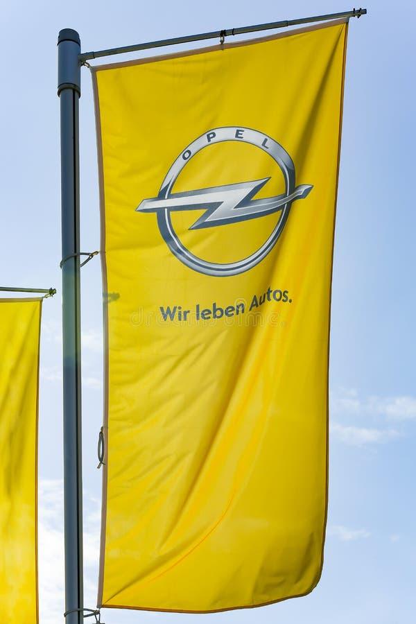 OPEL-Logo auf einer Flagge stockfoto