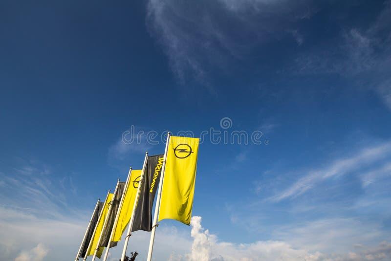 Opel logo na ich głównym przedstawicielstwo handlowe sklepie Belgrade Opel jest Niemieckim samochodem automobilowym wytwórcą i zdjęcia royalty free
