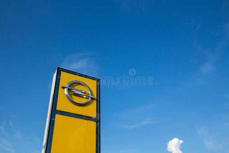 Opel logo na ich głównym przedstawicielstwo handlowe sklepie Belgrade Opel jest Niemieckim samochodem automobilowym wytwórcą i obrazy stock