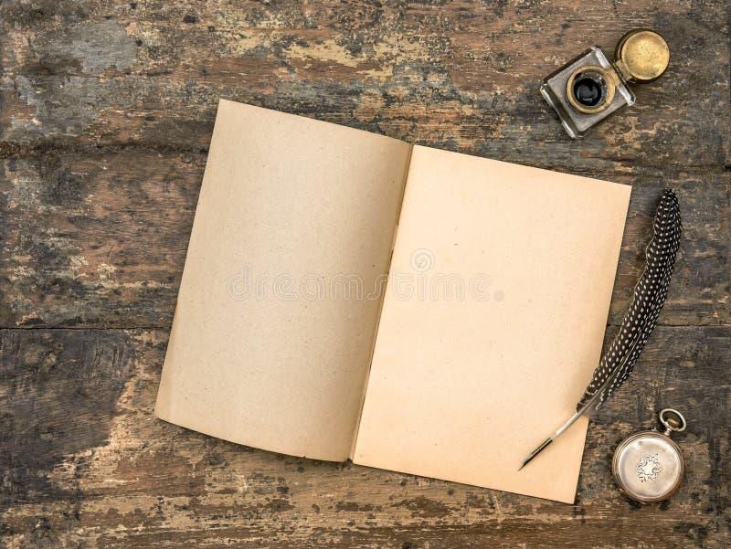 Open agendaboek en uitstekende bureaulevering royalty-vrije stock foto