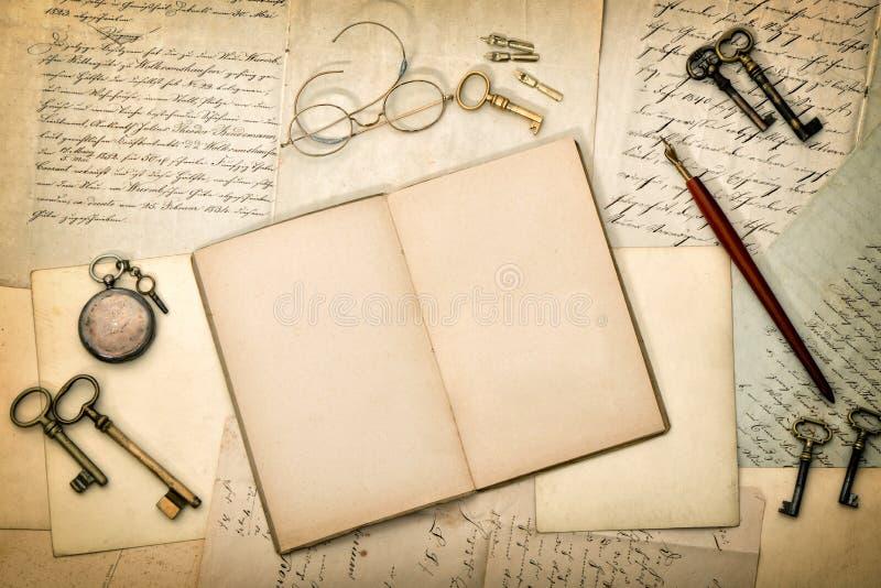 Open agendaboek, oude brieven en prentbriefkaaren Gerimpelde (document) textuur royalty-vrije stock afbeeldingen