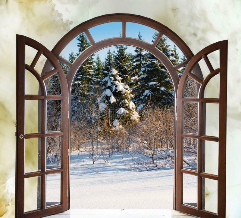 Open arqueó la puerta con opiniones el paisaje natural imágenes de archivo libres de regalías