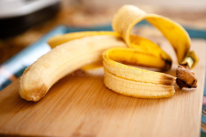 Open banaan met een schil op de lijst stock fotografie
