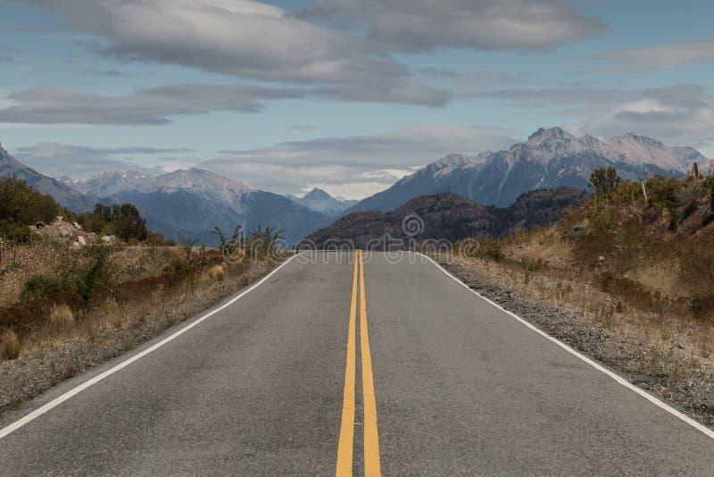 Open Bedekte Weg door Bergen, Patagonië, Argentinië royalty-vrije stock foto's