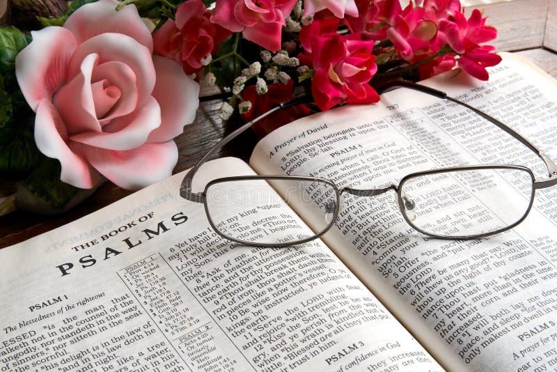 Open Bijbel en Bloemen royalty-vrije stock foto's