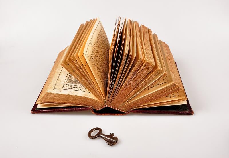 Download Open Bijbel met sleutel stock foto. Afbeelding bestaande uit lees - 39103002
