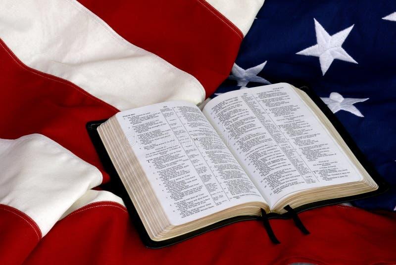 Open Bijbel op Amerikaanse Vlag royalty-vrije stock fotografie