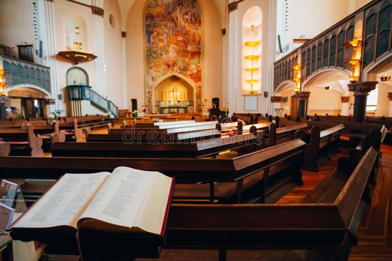Open Bijbelboek in Sofia Kyrka Church in Stockholm, Zweden royalty-vrije stock afbeelding