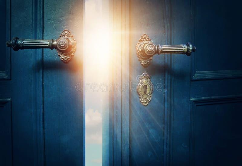 Open blauwe deur royalty-vrije stock afbeeldingen