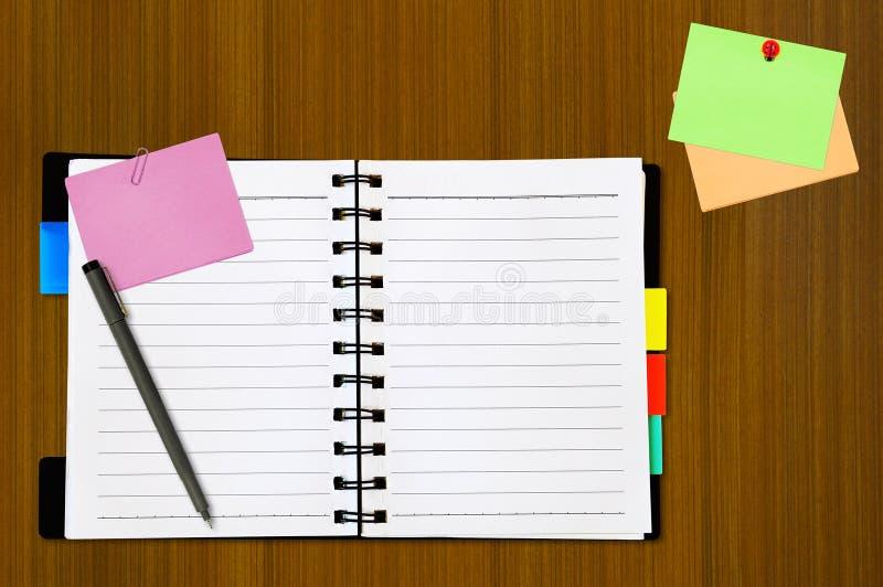 Open blocnote en gekleurd memorandum royalty-vrije stock fotografie
