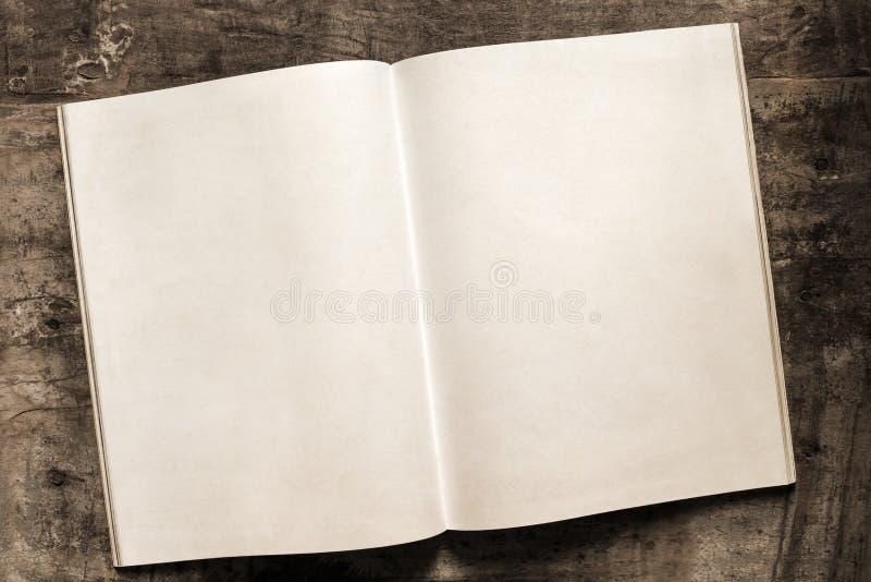 Open Boek Blanco pagina's op Grunge-Houtachtergrond royalty-vrije stock afbeeldingen