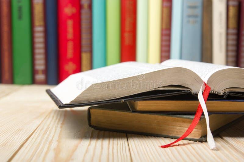 Open boek, boek met harde kaftboeken op houten achtergrond Terug naar School De ruimte van het exemplaar royalty-vrije stock afbeeldingen