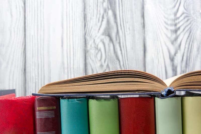 Open boek, boek met harde kaftboeken op houten achtergrond Terug naar School De ruimte van het exemplaar stock foto's